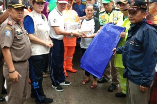 Pemkot Jakut beri bantuan terpal untuk korban angin kencang Koja