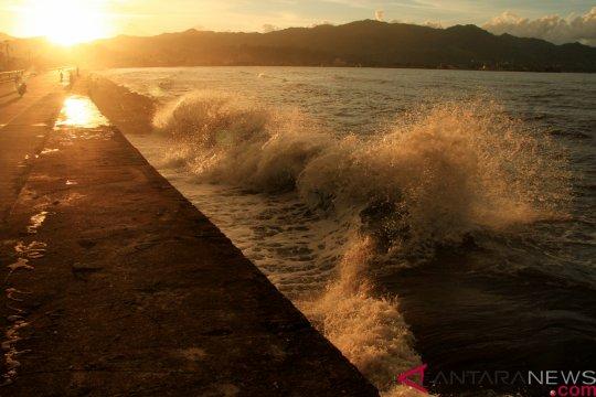 Tinggi gelombang perairan Makassar hingga 4,0 meter