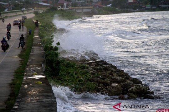 Akibat gelombang tinggi, pelayaran Mamuju-Balikpapan ditunda