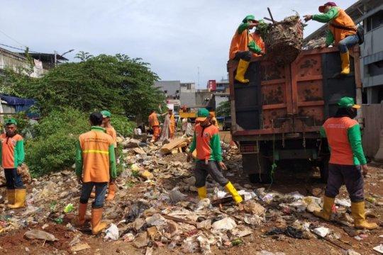 Sampah 20 meter kubik di Fatmawati dibersihkan