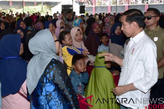 Senangnya Ibu Dedeh bisa ketemu dan bersalaman dengan Jokowi