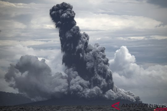 Gunung Anak Krakatau semburkan kolom abu setinggi 1.000 meter