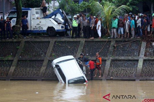 Mobil masuk banjir  kanal