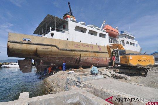 Pemindahan kapal terseret gelombang tsunami