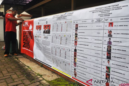 Pemasangan spanduk sosialisasi Pemilu 2019