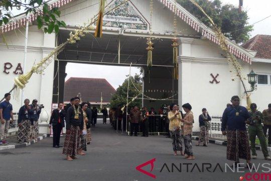 Pasangan pengantin Puro Pakualaman menjalani prosesi panggih