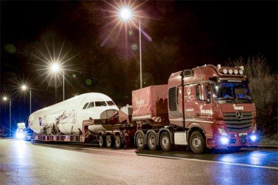 Truk Mercedes-Benz ini mampu angkut pesawat Airbus