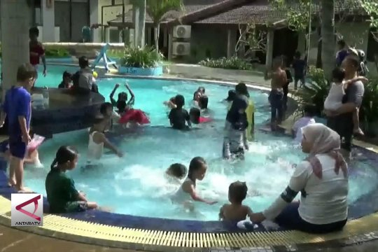 Cara wisatawan mengatasi trauma tsunami pada anak
