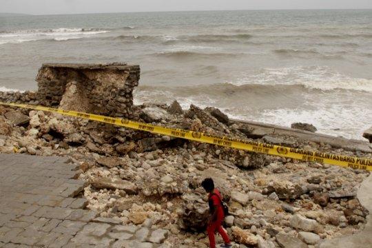 Dermaga Pantai Teddys Kupang hancur diterjang gelombang