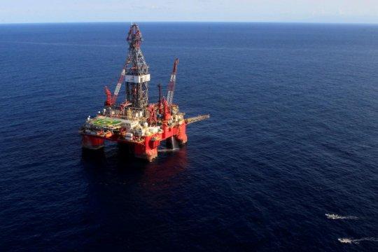 Harga minyak naik sekitar dua persen akibat pengetatan pasokan