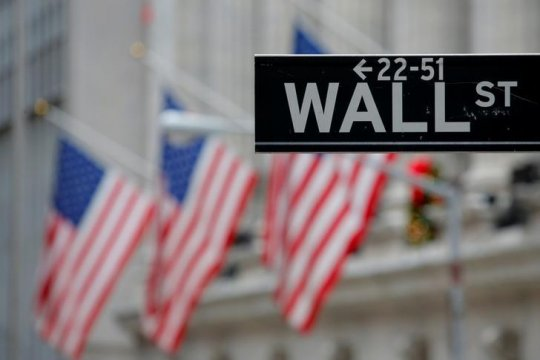 Wall Street merosot, data ekonomi utama AS melemah