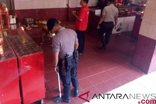 Polsek Metro Taman Sari sterilkan Vihara Dharma Bakti Jakarta Barat