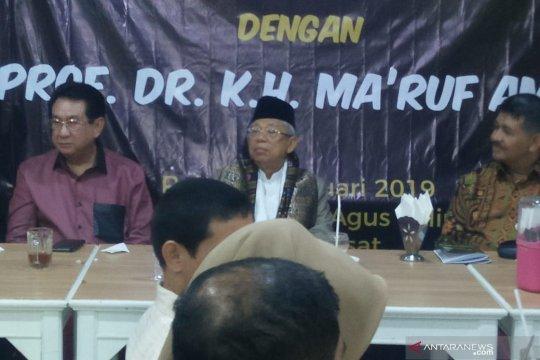 Kiai Ma'ruf  Amin dan Komunitas Masyarakat Minang nikmati nasi padang
