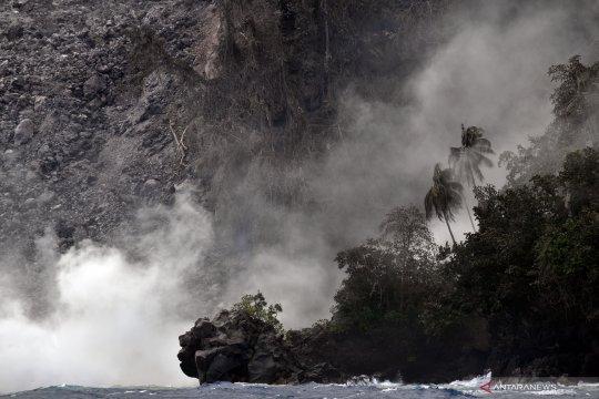 Lava Gunung Karangetang mengalir sampai ke laut