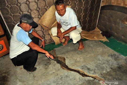 Korban retakan tanah mendapat bantuan BPBD Lebak-Banten