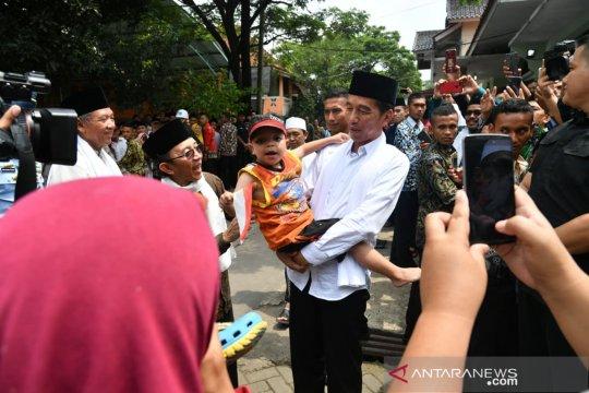 Reni terharu Rafi Ahmad Fauzi digendong Presiden Jokowi