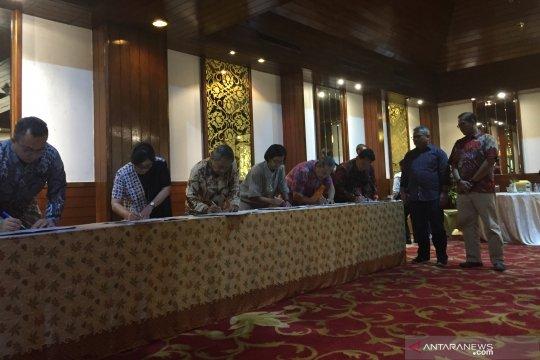 Panelis dan moderator debat capres kedua tandatangani pakta integritas