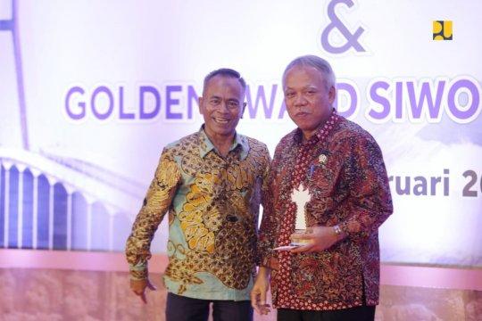 Menteri PUPR terima Golden Award SIWO PWI 2019