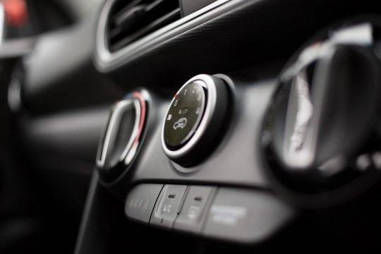 Tips aman isi freon AC mobil di rumah