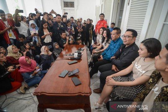 "Ridwan Kamil terima pemain dan kru film ""Dilan 1991"""