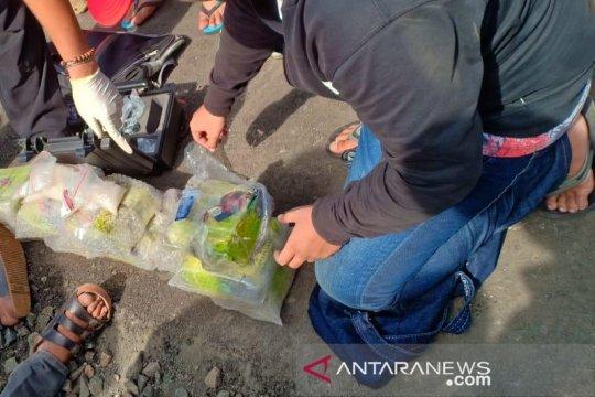 BNN dan Bea Cukai mengamankan dua sopir truk karena membawa narkoba