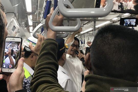 Addie MS pimpin penumpang MRT menyanyikan lagu kebangsaan Indonesia Raya