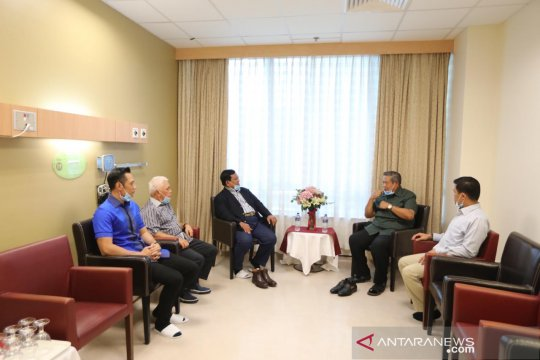 Prabowo jenguk Ani Yudhoyono di Singapura