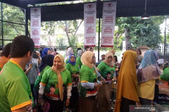 Relawan Prabowo-Sandiaga melakukan senam Gandong di lokasi nobar