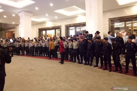 Puluhan polisi barikade pintu loby hotel lokasi debat capres