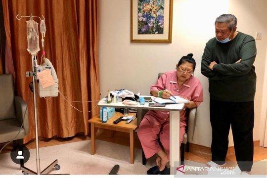 Boediono jenguk Ani Yudhoyono di Singapura