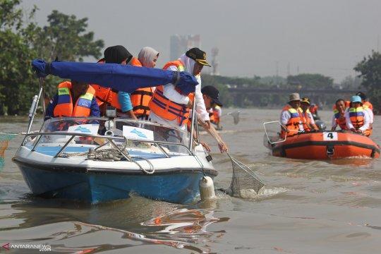 Ribuan orang bersihkan pesisir pantai Teluk Manado