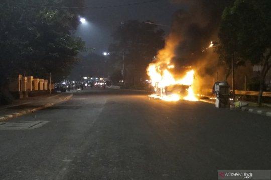 Satu unit bus TransJakarta terbakar di Jalan Pos