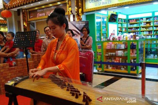 Alat musik Gu Zheng ramaikan Festival Pecinan di Glodok