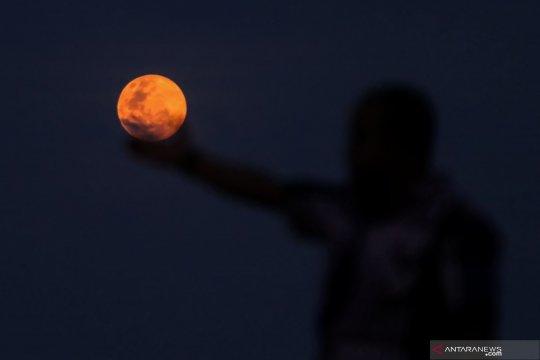 """Fenomena """"super snow moon"""" ini paling besar tahun ini"""