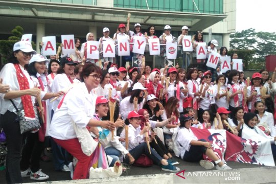 Relawan Pertiwi  kampanye damai bagikan bunga di Senayan