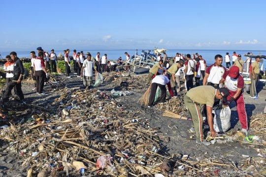 Ratusan orang punguti sampah pantai Ujung Pandaran