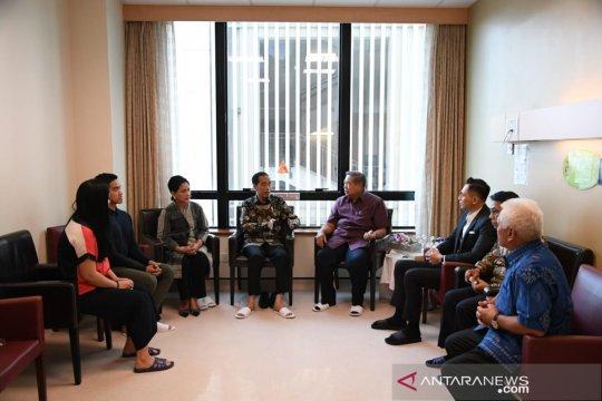 Jokowi dan Ibu Negara semangati Ani Yudhoyono agar lekas sembuh