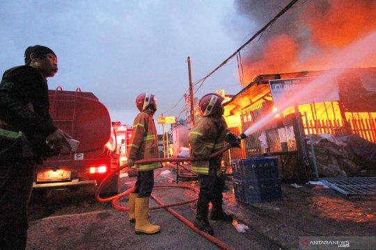 Kebakaran toko plastik dan bahan bangunan