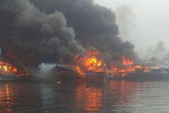 Suara ledakan terdengar dari kapal yang terbakar di Muara Baru