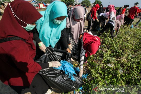 Jaga kawasan, mahasiswa Lhokseumawe-Aceh punguti sampah pantai