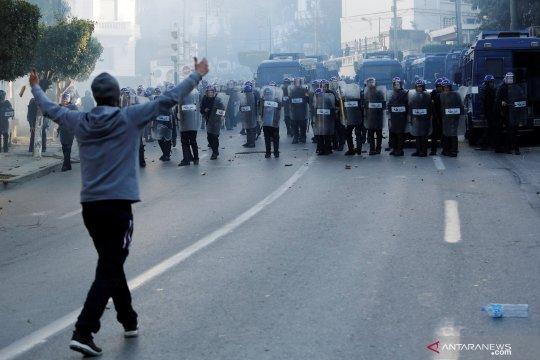 Puluhan ribu orang Aljazair berpawai menentang rencana presiden