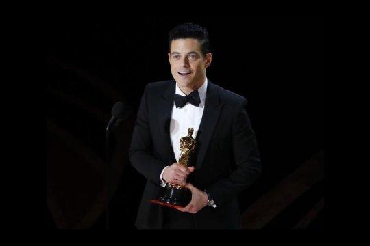 Rami Malek jatuh dari panggung usai raih piala Oscar