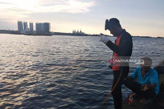 Penyelam mengais rezeki bangkai kapal terbakar Muara Baru