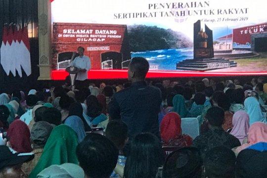 Di Cilacap, Jokowi bagikan 1.500 sertifikat tanah