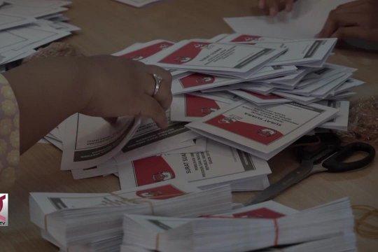 KPU solo sortir dan lipat surat suara