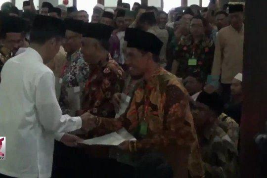 Presiden serahkan ratusan sertifikat tanah wakaf di Ngawi