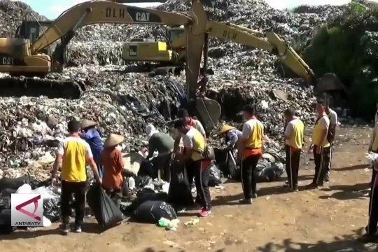 Peringati Hari Peduli Sampah Nasional ibu-ibu Bayangkari  dan Polisi pungut sampah