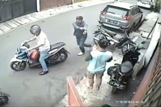 Terekam CCTV, pencuri motor bersenjata dibekuk polisi