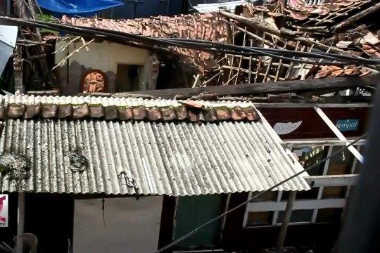 Akibat hujan lebat, 2 rumah warga di Cirebon roboh