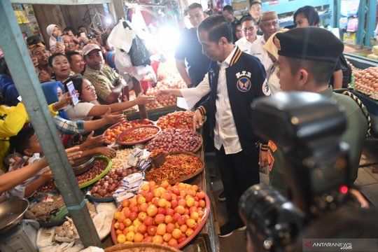 Jokowi pilih bagikan foto karena takut ditegur Bawaslu